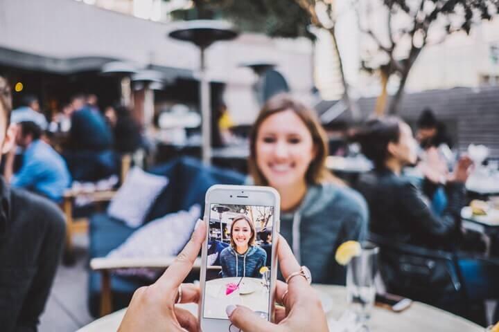 Kemera iPhone memotret wanita