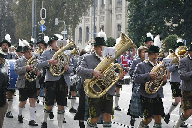 Banda de música en el desfile de trajes tradicionales en la Oktoberfest (Múnich) (@mibaulviajero)