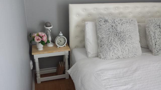 Biały stolik nocny z drewnianym blatem, olejowanie drewna, postarzanie drewna, DIY, poduszki Lotus Jysk