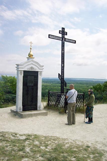 памятный крест и мраморная стела на Никольской горе в посёлке Сурское Ульяновской области
