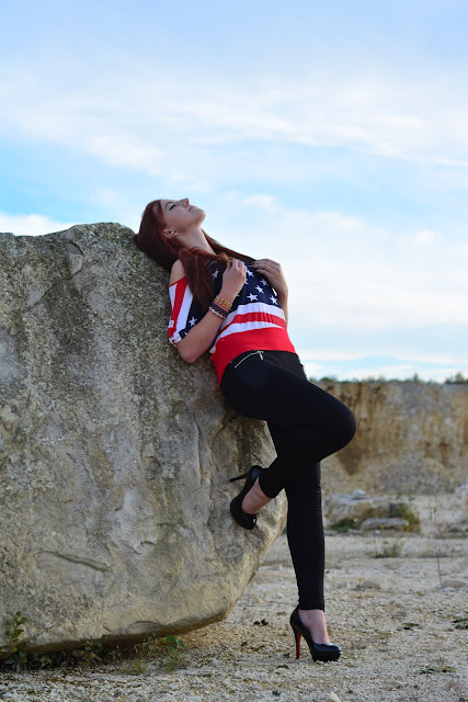 3.10.2015 Bluzka flaga amerykańska, czarne legginsy wyglądające jak rurki, czarne szpilki na platformie, bransoletki koraliki, sesja Kamieniołomy Świętokrzyskie