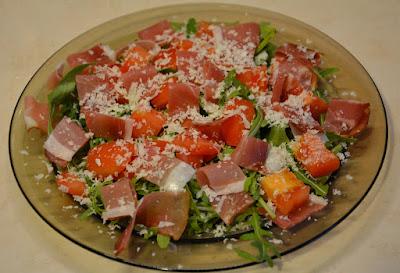 rukola z szynką parmeńską i pomidorami