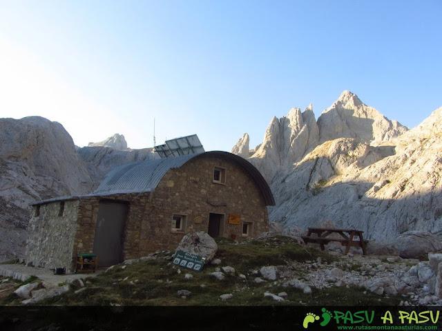 Refugio del Jou de los Cabrones y detrás el Pico Cabrones