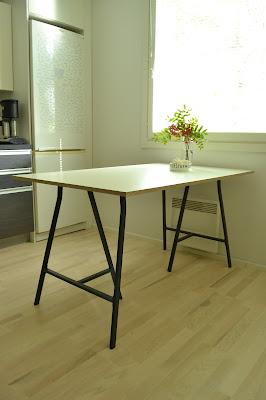 Saippuakuplia olohuoneessa- blogi, kuva Hanna Poikkilehto, Ikea, Keittiö, Keittiönpöytä, Pinnoitettu vaneri, Lerberg pukkijalat, Puustelli keittiöt,