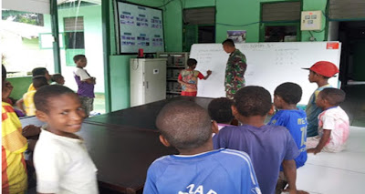 Prajurit TNI Berantas Buta Aksara di Perbatasan RI-PNG