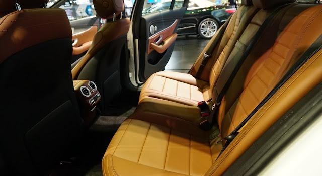 Băng sau Mercedes E300 AMG 2017 nhập khẩu thiết kế rộng rãi và thoải mái.