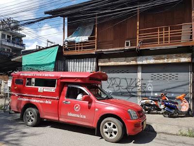 Camioneta roja para moverse por Chiang Mai