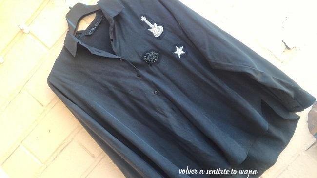 Camisa negra con parches de strass de Zara