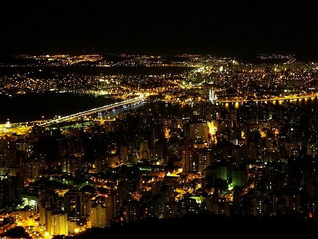 O Morro da Cruz oferece a melhor vista  do anoitecer no centro de Florianópolis.