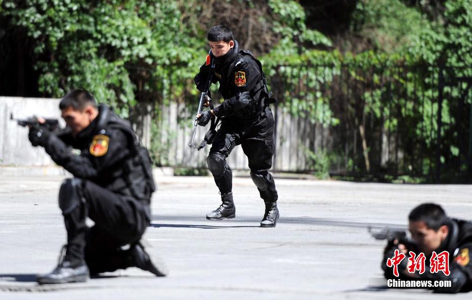 Military Pictures: Urumqi female special police combat ...