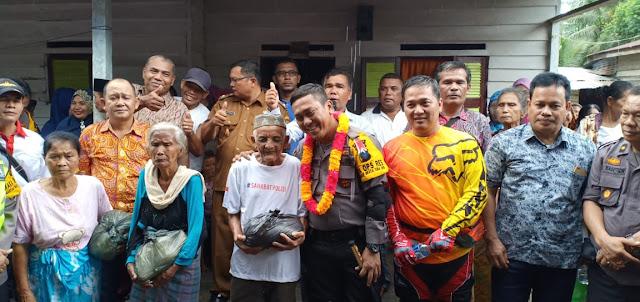 Kapolres Asahan AKBP Faisal Napitupulu foto bersama warga.