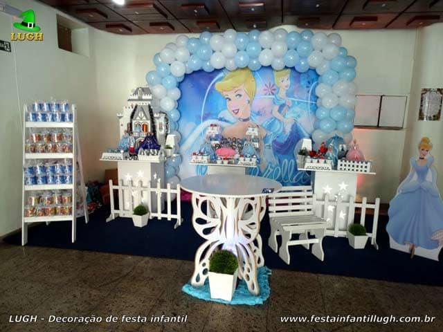 Decoração para a mesa do bolo de aniversário tema Cinderela - Festa infantil feminina Barra-RJ