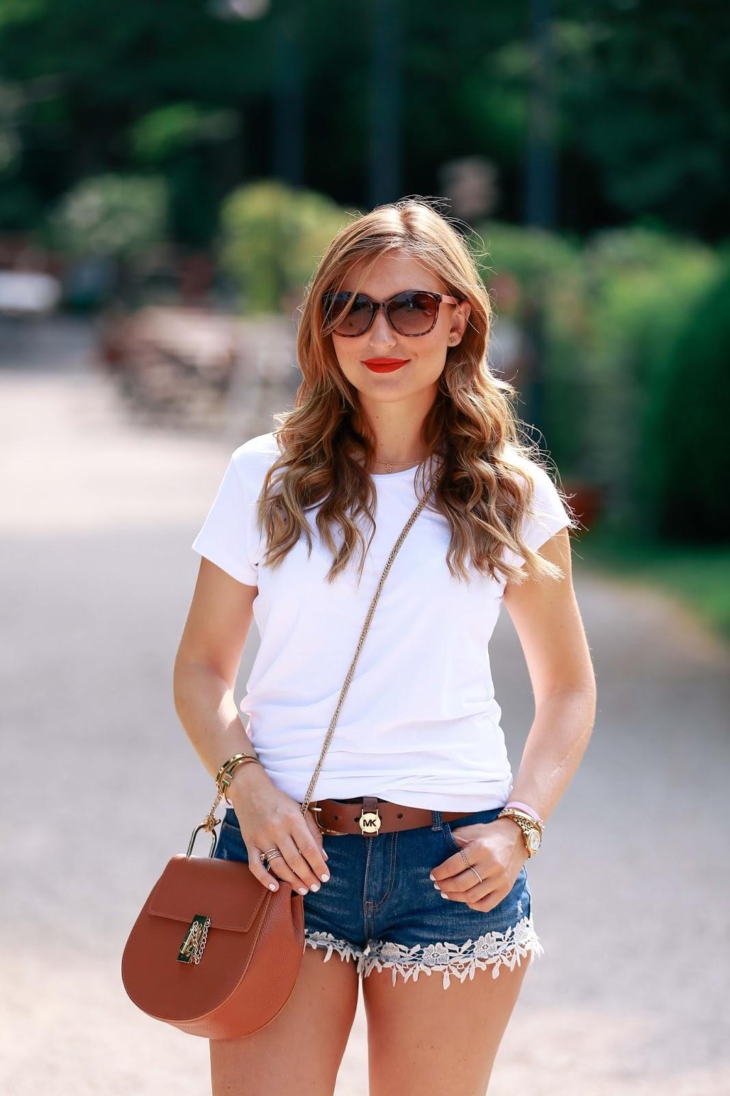 Ein super cooler und cooler Look mit einer jeaas Hose und einem weißen T-shirt