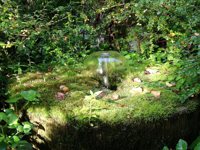mała fontanna w kole młyńskim