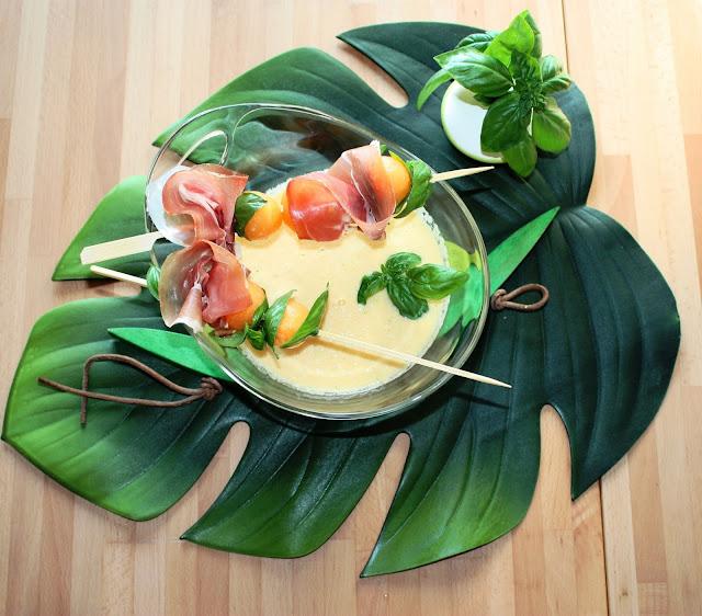 Zuppa fredda di melone con spiedini al prosciutto