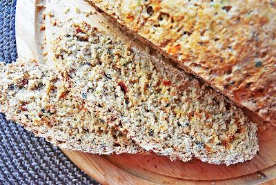 Chleb graham dobrze przyprawiony suszonymi pomidorami, czosnkiem niedźwiedzim i czarnuszką