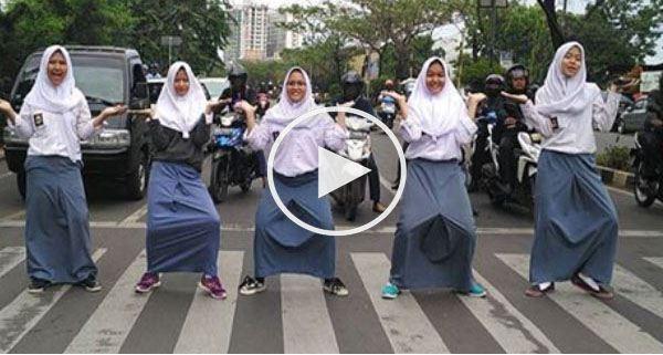 Lagi,Lagi Viral Video Detik Detik Sebelum Sekumpulan Wanita Ini Ditabrak Oleh Pengguna Jalan Karena Emosi
