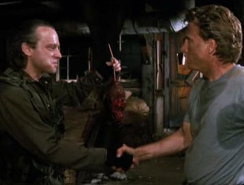 El exterminador (Brad Dourif) y John Hall (David Andrews) en La fosa común, de Stephen King - Cine de Escritor