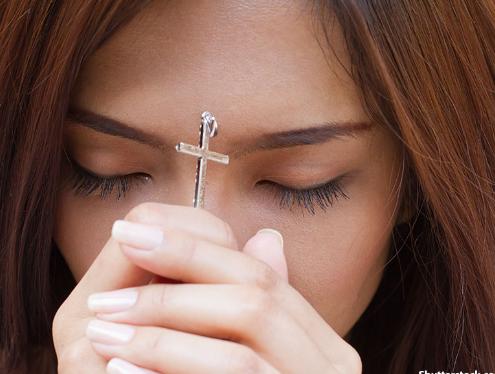 Perempuan kristen sedang berdoa