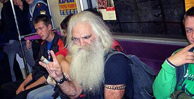 hässlicher alter Mann mit langem Bart lustig