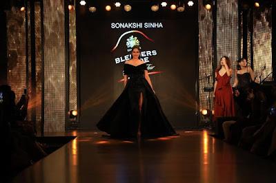 Sonakshi-Sinha-walks-the-ramp-for-designers-Gauri-Nainika-at-Blenders-Pride-Fashion-Tour-2017-Bengaluru