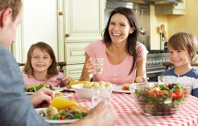 3 Cara Agar Makan Bersama Keluarga Lebih Menyenangkan