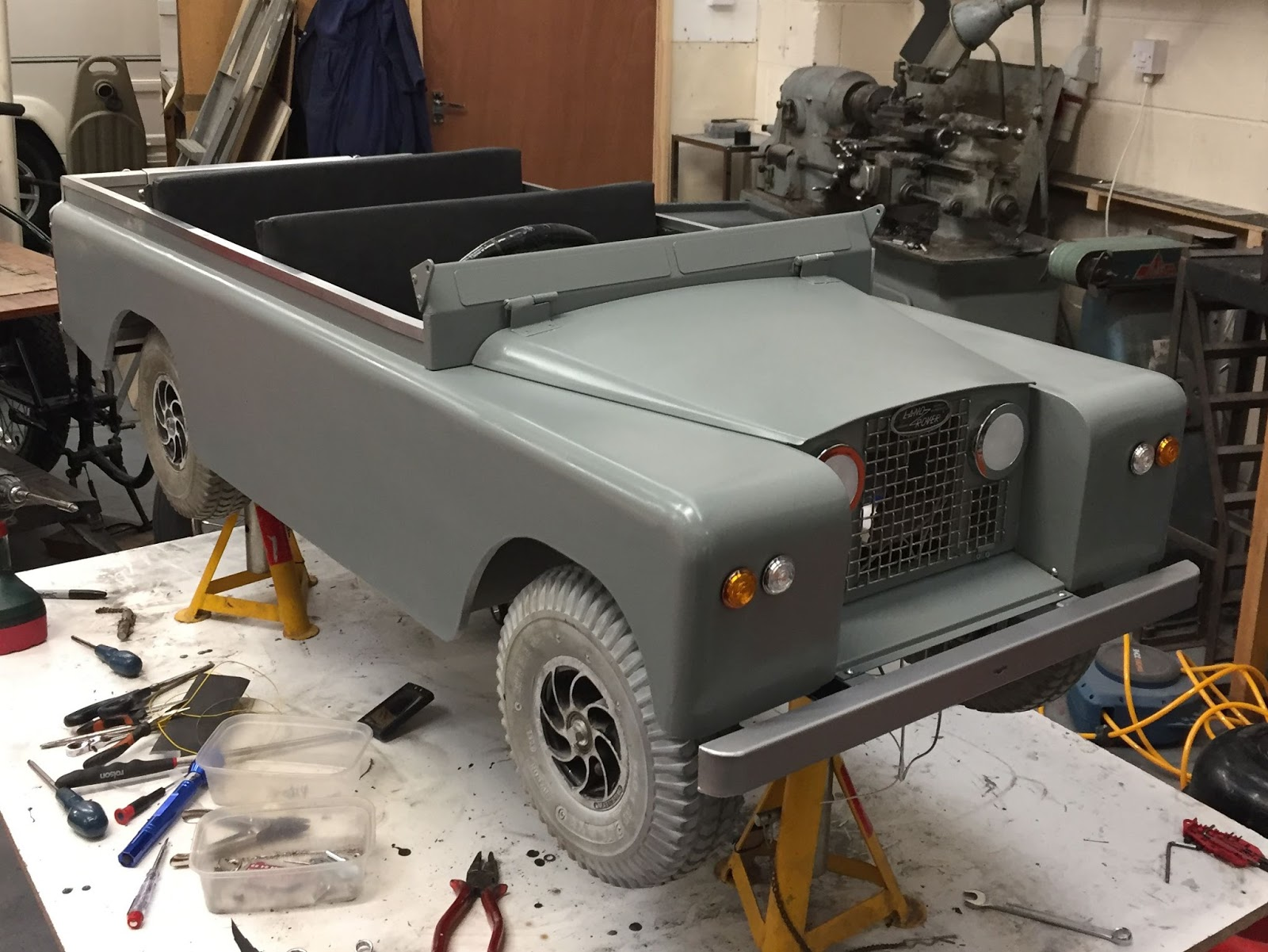 miniature land rover defender time for paint and wiring [ 1600 x 1201 Pixel ]