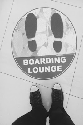foto kaki di boarding lounge bandara