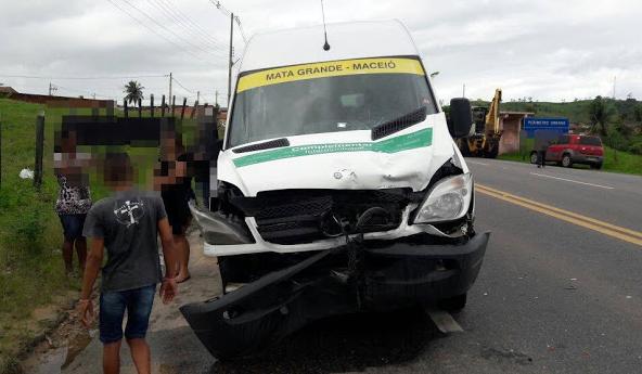 Van de transporte alternativo de Mata Grande se envolve em acidente na Br-316 em Anadia/AL