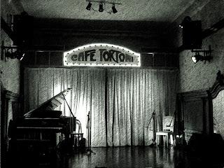Instrumentos no Palco do Café Tortoni, em Buenos Aires