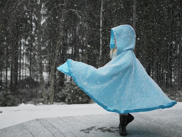 Ommeltu Frozen -henkinen viitta
