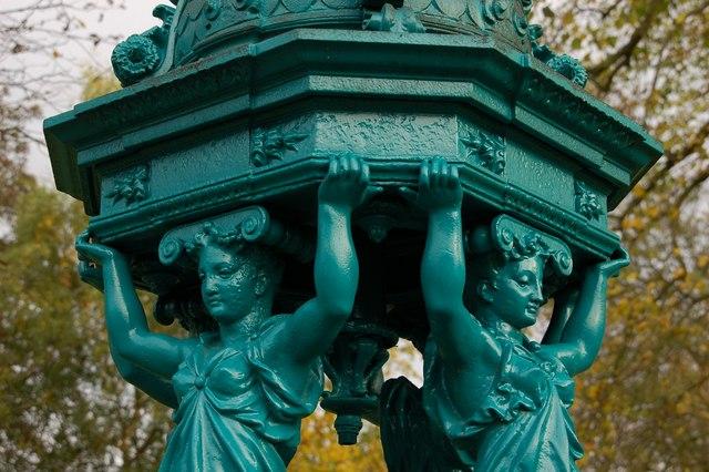 źródlana woda na ulicach Paryża