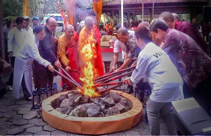 Penyalaan api dari Mrapen, Grobogan, Jawa Tengah