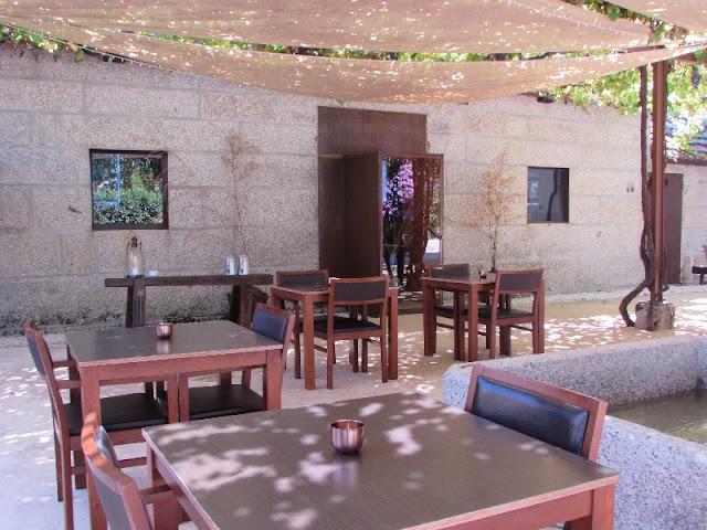 mesas da esplanada do restaurante Pena em Amarante