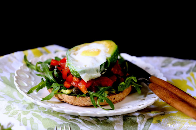 Avocado-Toast auf Italienisch: Friselle con avocado, pomodorini e uova