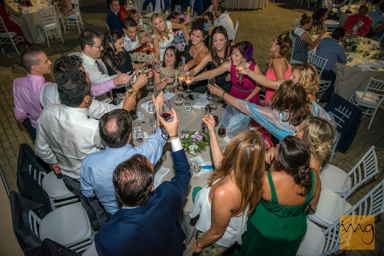 Fotografía de un brindis de boda espontáneo