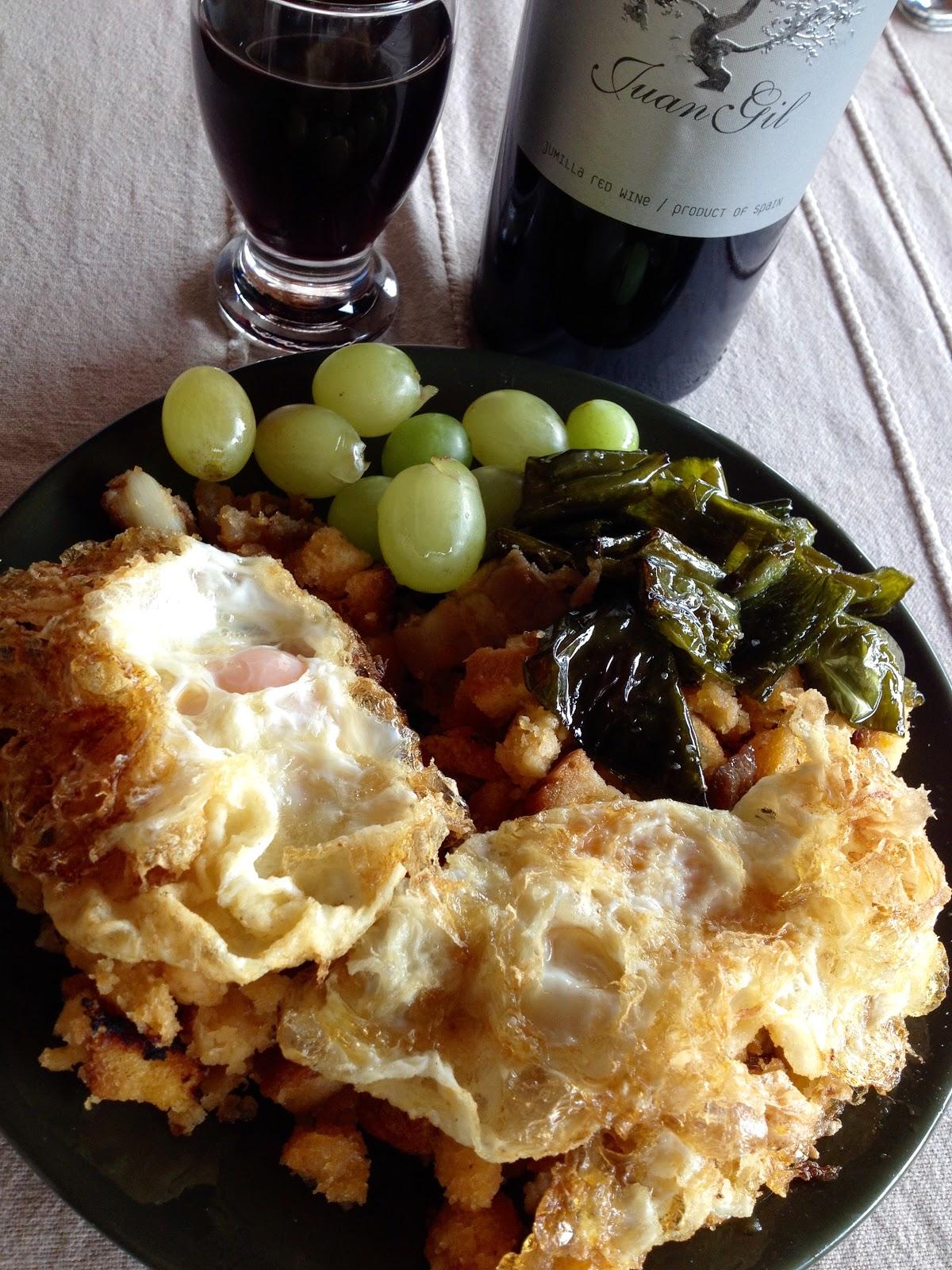 Migas con huevos fritos, chorizo, panceta y uvas - receta - Vino tinto de Jumilla Juan Gil - barbacoa - el gastrónomo - el troblogdita