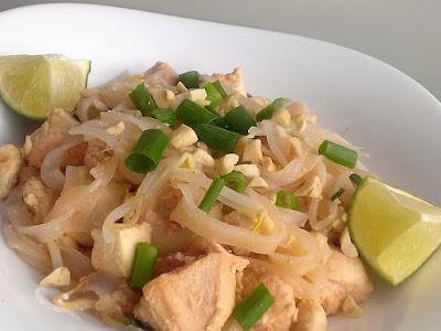 Makaron ryżowy z kurczakiem po tajsku