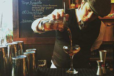 bartender-co-nhiem-vu-pha-tron-va-phuc-vu-do-uong-cho-khach-hang