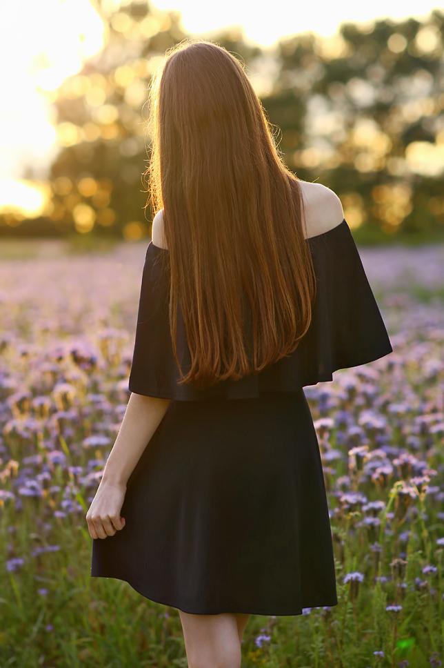 czarna sukienka odsłaniająca ramiona długie włosy