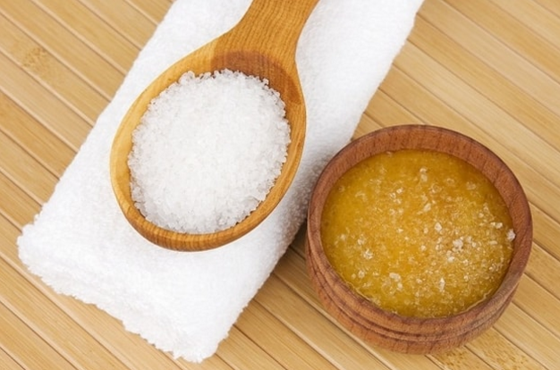 مجرررربة...  وصفات بسيطة لتحضير مقشرات منزلية فعّالة لتنعيم الجسم وإزالة الجلد الميت.