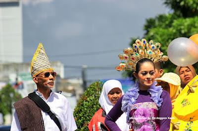 Baju adat tradisional dari berbagai daerah.
