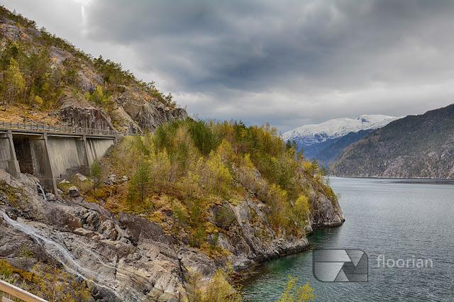 Wspaniały wodospad Langfossen tuż przy drodze i Åkrafjord to największe atrakcje turystyczne w Norwegii w rejonie Haugesund