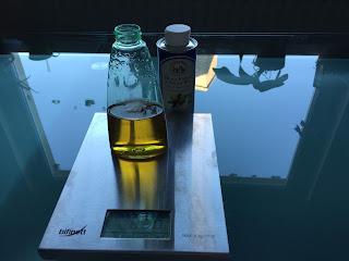 Fabrication de l'huile démaquillante : mélange d'huile d'argan et d'huile d'argan