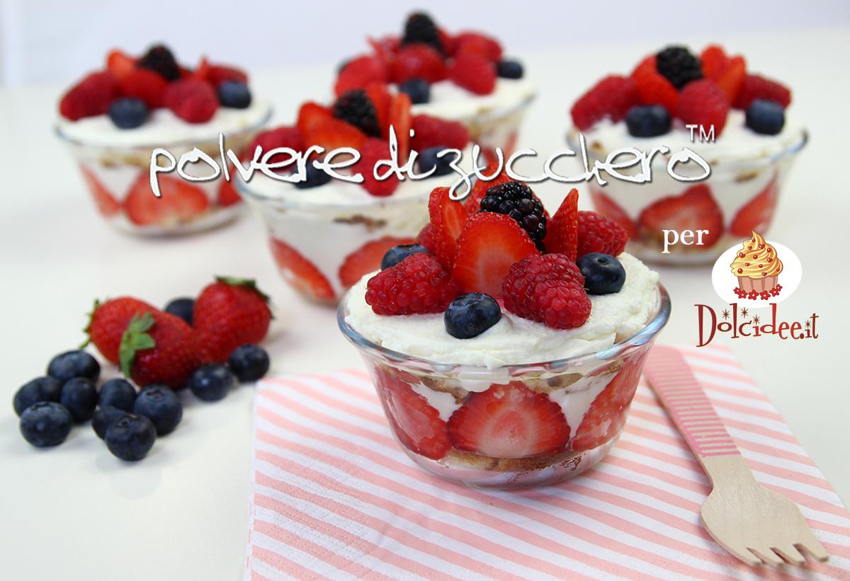 tiramisu senza cottura coppette decorate frutti di bosco monoporzioni polvere di zucchero ricetta
