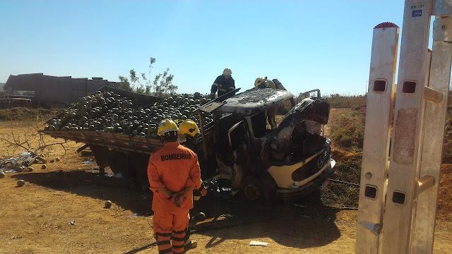 Caminhão pega fogo próximo ao terminal rodoviário