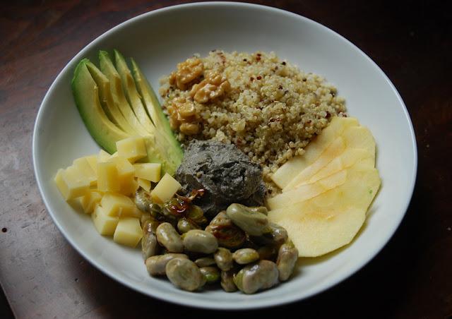 buddha bowl de printemps quinoa-fèves-noix-pommes-fromage