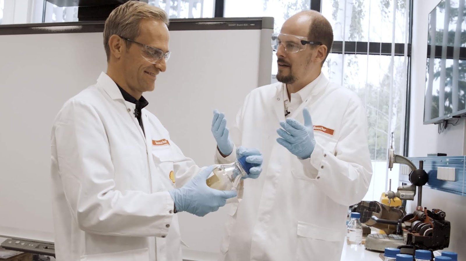 Der TV-Moderator Matthias Malmedie mit einem Video-Schnellkurs in Sachen Motorenöl | Ab ins Shell Labor nach Hamburg