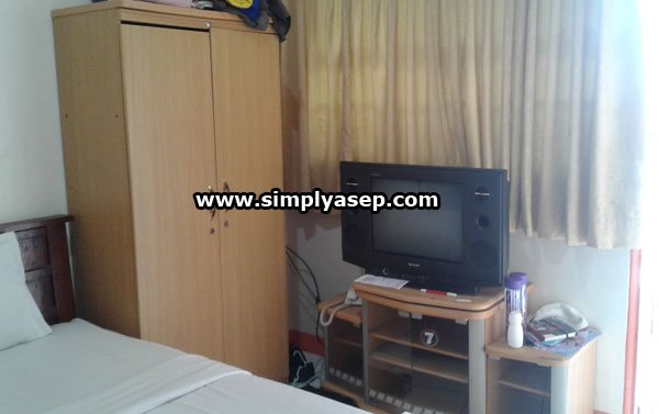 LENGKAP:  Tersedia lemari pakaian dan TV berwarna dengan berbagai pilihan saluran DN dan LN untuk sarana hiburan anda di kamar. WIFI atau hotspotnya juga lumayan kenceng. Foto Asep Haryono