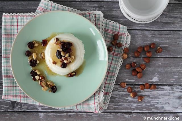 Sommerdessert der Griechen. Joghurt mit Nüssen, Cranberrys und Honig.